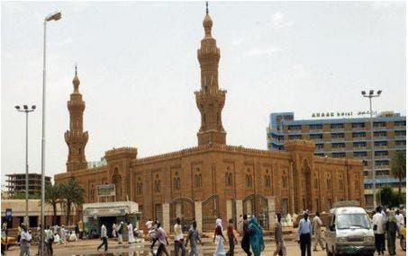 """Photo of محاولة """"ذبح"""" ماسح أحذية """"بسيف"""" أمام مسجد بالخرطوم"""