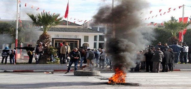 Photo of احتجاجات تونس تجتاح 10 مدن وتخلف قتيلا