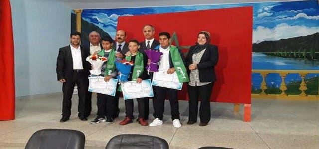 Photo of المديرية الاقليمية تكرم التلاميذ الذين سلموا حقيبة النقود لشرطة أصيلا