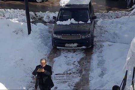 """Photo of """"سيلفي لعنصر مع الرونج وسط الثلوج"""" تجر عليه غضب النشطاء"""