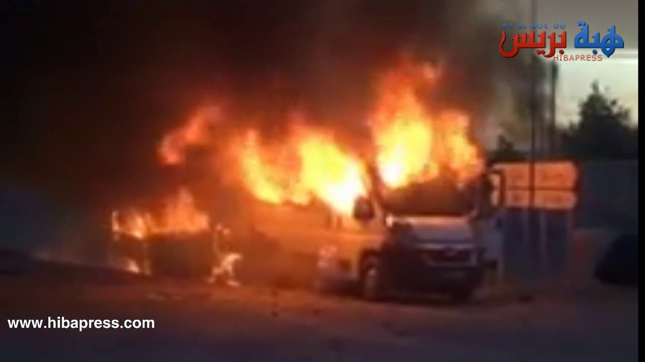 Photo of لحظة هجوم المتظاهرين على القوات العمومية وتحطيم وحرق سياراتهم بجرادة