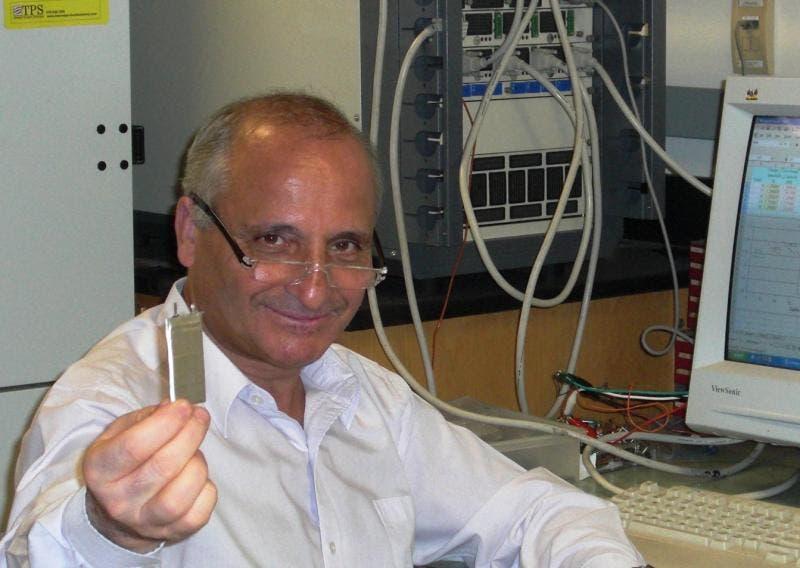 Photo of مغربي يخترع شريحة لشحن الهواتف الجوالة في 10 دقائق