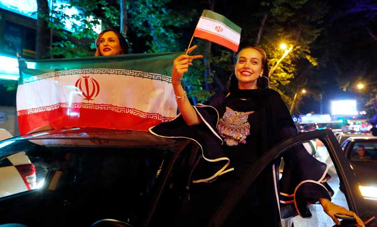 Photo of ايران تسمح للنساء بالحضور في الأماكن العامة لمتابعة المونديال