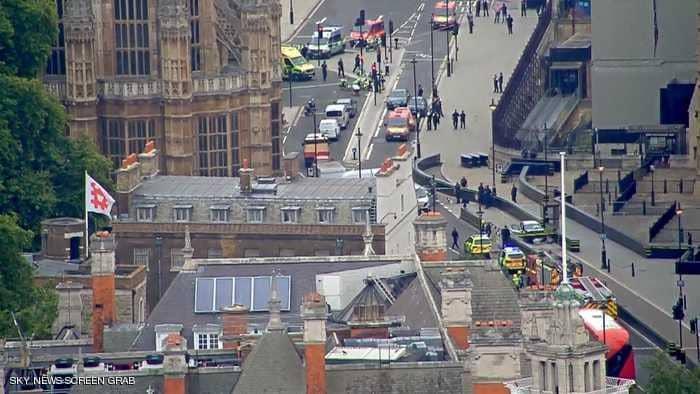Photo of جرحى جراء اصطدام سيارة بمدخل البرلمان البريطاني