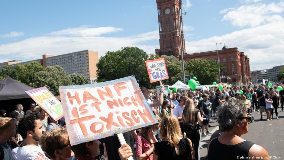 "Photo of ألاف الألمان يتظاهرون من أجل تقنين ""الحشيش"""