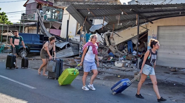Photo of اندونيسيا..السياح يفرون من جزيرة لومبوك بعد زلزال قتل 91 شخصا