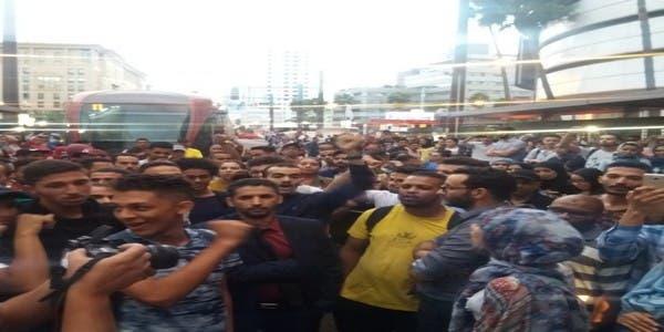 "Photo of الدار البيضاء ..ركاب غاضبون يحتلون سكة ""الترام"" احتجاجا على التأخر"