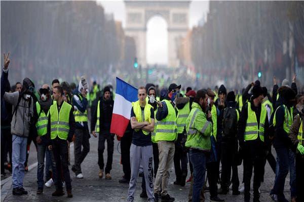 """Photo of الشرطة الفرنسية تستخدم الغاز المسيل للدموع لتفريق متظاهري """"السترات الصفراء"""""""