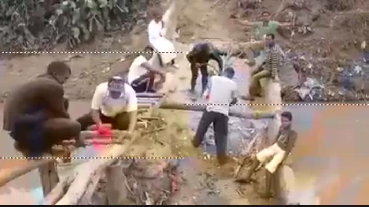 Photo of على الطريقة الآسيوية.. سكان جماعة قروية يبنون جسرا خشبيا بسيدي قاسم !