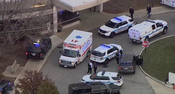 Photo of مقتل 4 بينهم مسلح أطلق النار خارج مستشفى في شيكاجو