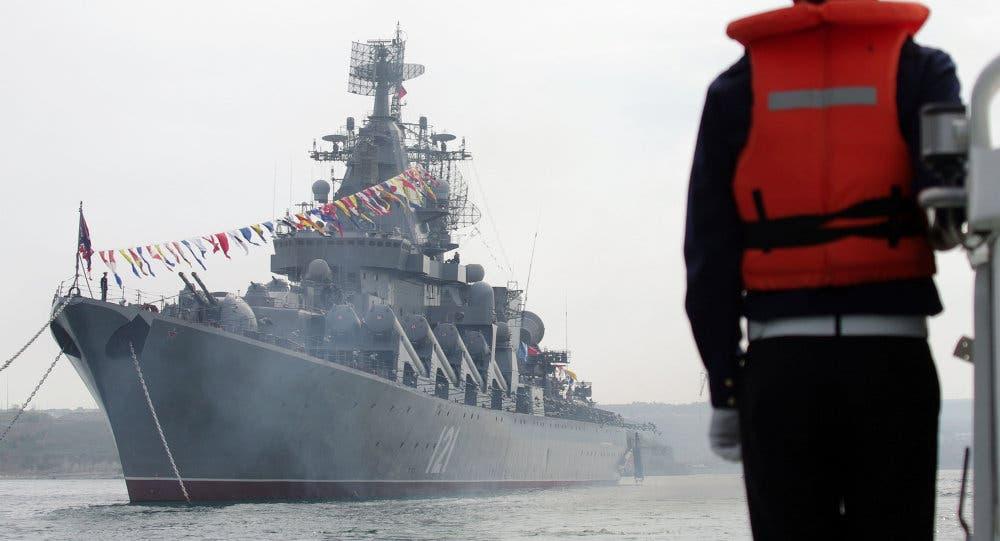Photo of طراد روسي يرسو قرب السواحل الشمالية للمملكة