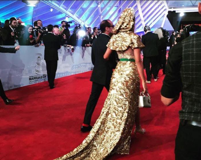 Photo of عارضة أزياء مغربية تخلق الحدث بفستان من الذهب في مهرجان مراكش للفيلم