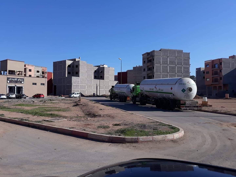 Photo of شاحنات للمحروقات تهدد سلامة ساكنة حي بقلعة السراغنة