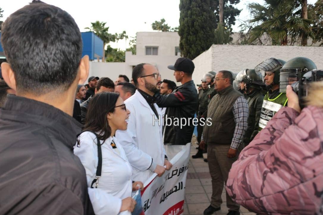 """Photo of الأمن  يمنع مسيرة  """"شموع """" لاسقاط التعاقد بطنجة (صور)"""