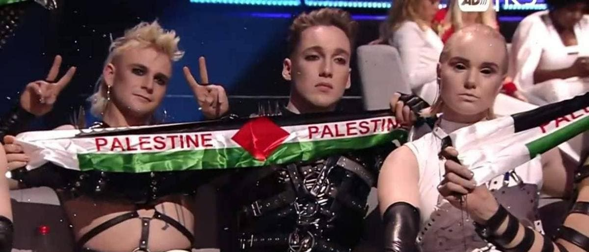 """Photo of علم فلسطين يصدم الإسرائيليين في مسابقة """"يوروفيجن"""""""