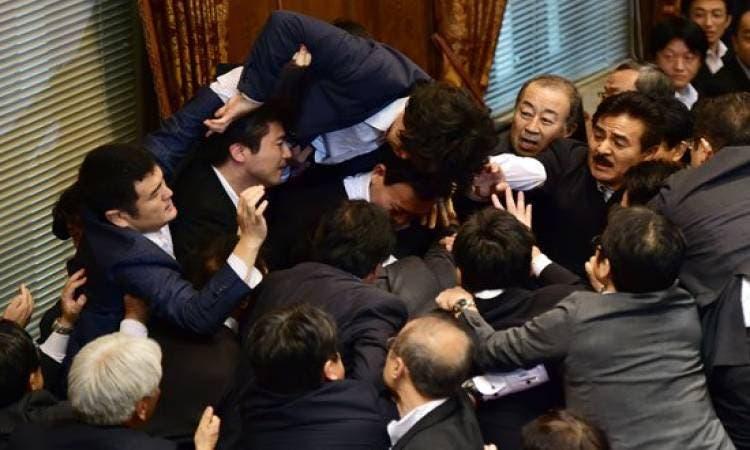 إصابة 4 نواب بعراك داخل البرلمان