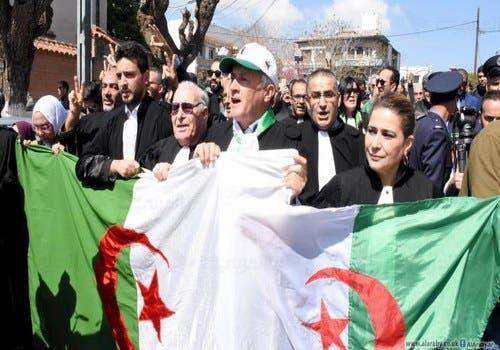 Photo of محامو الجزائر يدعون لتظاهرات احتجاجاً على حملة الاعتقالات