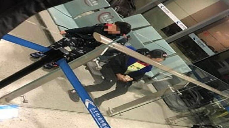 "Photo of شاهد مافعله ""صينيان"" بطفليهما للاشتباه بإصابة أحدهما بكورونا !"