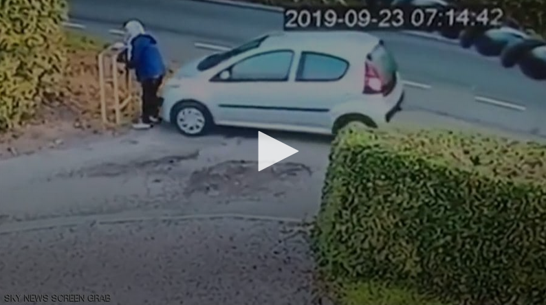 "Photo of بالفيديو .. سيارة تعاقب صاحبتها على ""خطأ لا يغتفر"""