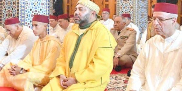 """Photo of الملك يؤدي صلاة الجمعة بمسجد حسان.. والخطيب يتحدث عن """"المحبة والتعاطف"""""""