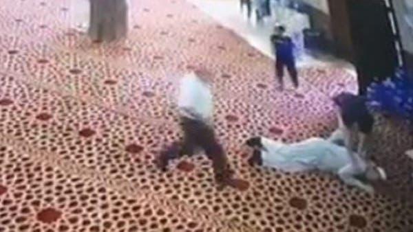 Photo of حسن الخاتمة .. شاهد لحظة وفاة مؤذن أثناء قيامه لرفع الأذان (فيديو)