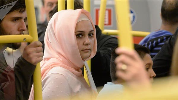 Photo of شاهد .. تصرف بطولي لفتاة مسلمة داخل إحدي عربات المترو في إنجلترا