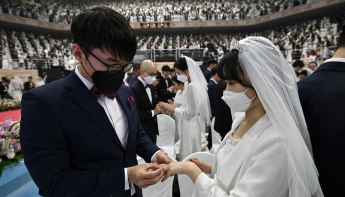 Photo of بالصور : الحب يتحدى كورونا .. زفاف جماعي بالكمامات !