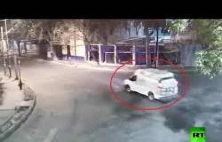 "Photo of شاهد بالفيديو .. ""مسجونون"" يَفِرُون من السجن بسيارة الشرطة"