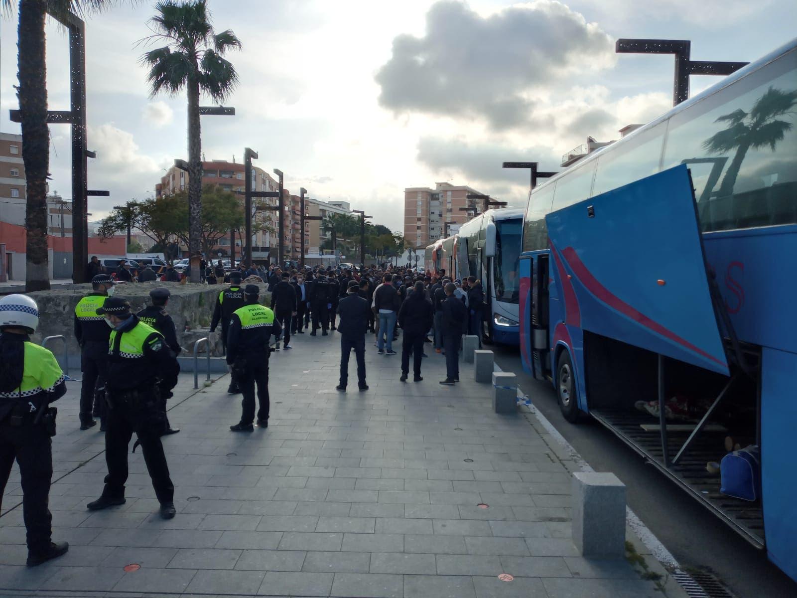 Photo of أزمة العالقين في الجزيرة الخضراء تلقى طريقها إلى الحل بالعودة إلى إيطاليا
