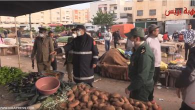 Photo of السلطات تتدخل بصرامة لإغلاق المحلات و إخلاء سوق شعبي بعد السادسة مساءا