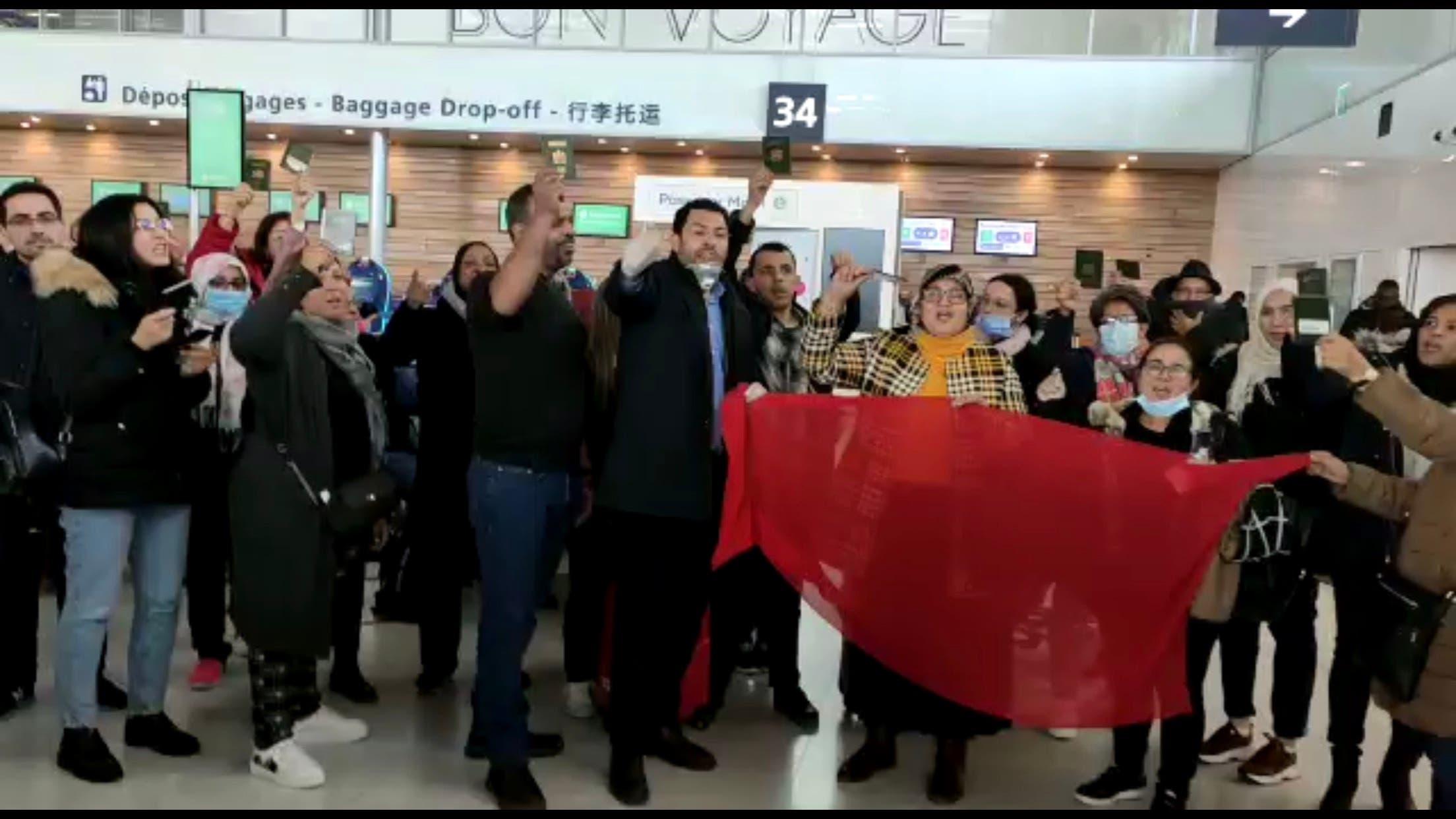 Photo of مغاربة عالقون بمطارات فرنسا ينشادون السلطات المغربية التدخل