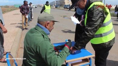 Photo of سابقة.. سلطات حي اشماعو سلا تنظم عملية توقيع استمارة الخروج بجانب البحر تجنبا للازدحام