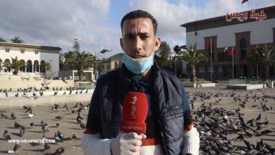 """Photo of رائع : في ظل """"الطوارئ الصحية""""، شاب يُطعم يومياً حمام ساحة محمد الخامس بالدار البيضاء"""