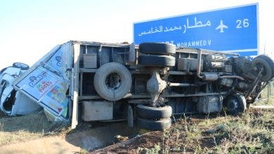 Photo of حادثة سير خطيرة قُبيل الإفطار : انقلاب شاحنة كبيرة  تحمل مواد غذائية والسائق يكشف السبب