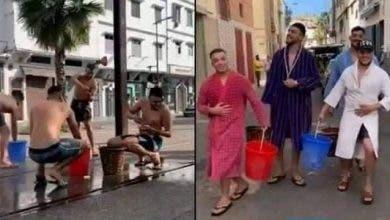 Photo of بعد تحديد هويتهم .. أمن البيضاء يبحث عن شبان استحموا بالشارع العام