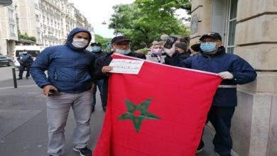Photo of المغاربة العالقون بالخارج يحتجون أمام السفارات والقنصليات المغربية بالخارج(+فيديو)