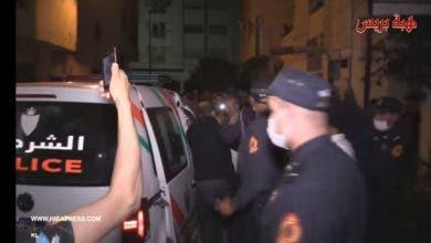 Photo of لحظة إخراج مول المعشبة الذي يدعي الشعوذة و ويغتصب النساء بداخل المنزل