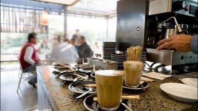 """Photo of المقاهي ليست """"سبيطارات"""" وشرب القهوة بالكمامة فيه طعم """"الحُكرة"""""""