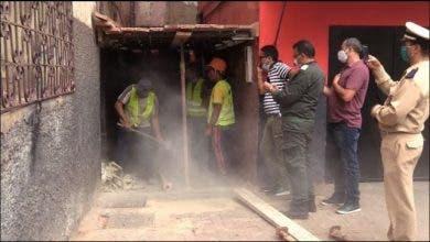 Photo of السلطات تهدم منزلا مهددا بالسقوط باسباتة
